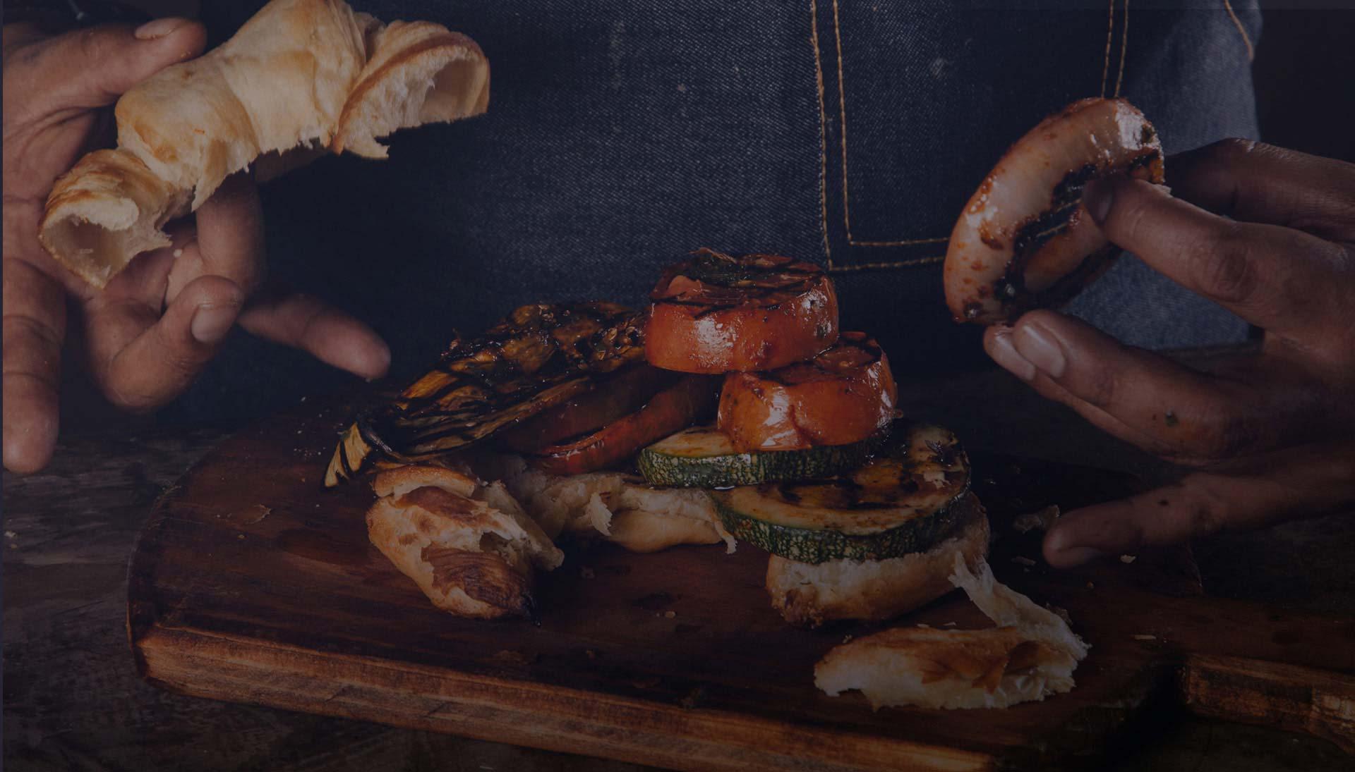 Chef Cusqueño Fabricio Durand preparando un delicioso croissant vegetariano en la cocina de Green Point Restaurants Cusco.